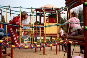 Der Pikler Bogen hilft klettern zu lernen